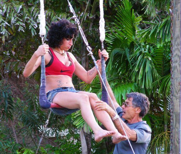 Com um aspecto bem mais saudável do que o do ano passado, Amy Winehouse tem aulas de trapézio durante suas férias em Santa Lucía, no Caribe. O circo e a ioga matinal são os únicos momentos saudáveis da cantora, que começa a beber e fumar maconha ao meio-dia na piscina do hotel 12/1/09)