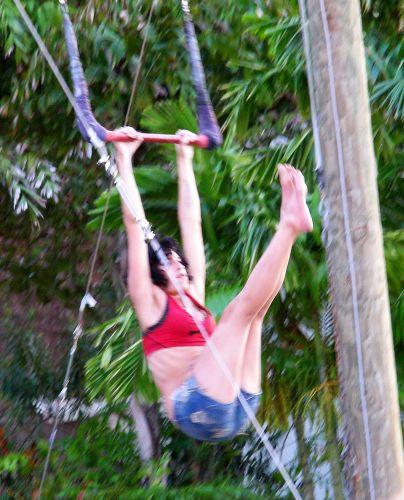 Amy Winehouse faz aulas de circo durante suas férias no Caribe. No restante do tempo livre, a cantora bebe, fuma maconha, almoça descalça e de biquíni e fica em sua varanda tocando violão de topless (12/1/09)