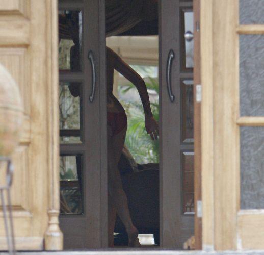 Quase nua, Amy Winehouse acompanha o fim da mudança para sua nova casa, no bairro de Barnet, ao norte de Londres. A casa foi comprada pelo pai da cantora, que até então vivia em Camden, enquanto ela estava em férias em Santa Lucía (3/3/09)