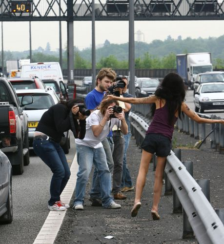 Amy desce do carro em engarrafamento em estrada na Inglaterra para tentar ver qual era o problema (9/5/08)