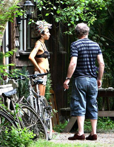 Em intervalo das gravações de seu álbum, Amy Winehouse sai de sutiã nas ruas para fumar um cigarro com amigos (10/05/08)