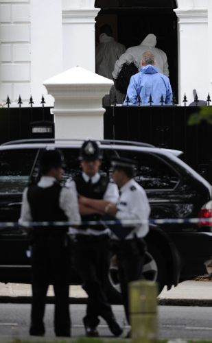 Policiais e peritos são fotografados na porta da casa de Amy Winehouse, que foi encontrada morta em seu flat, em Londres, neste sábado (23/7/2011)