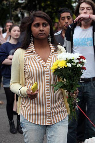 Fã leva flor à porta de Amy Winehouse, em Londres, onde cantora foi encontrada morta neste sábado (23/7/11)