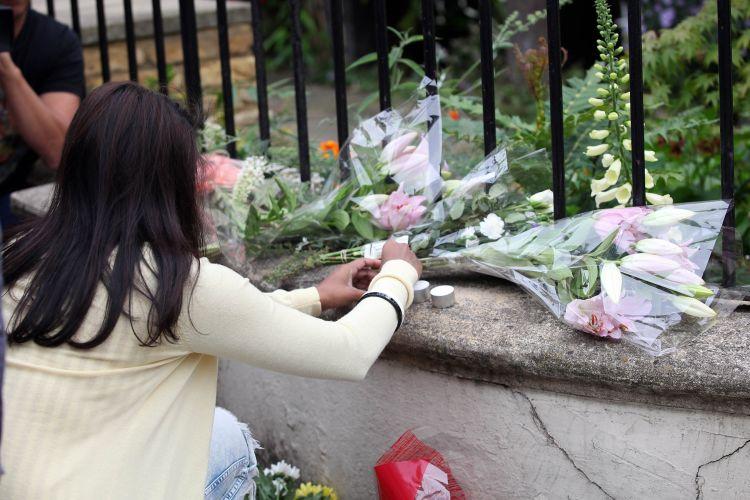 Fãs de Amy Winehouse deixam flores na porta da casa da cantora, que foi encontrada morta neste sábado, em Londres (23/7/11)