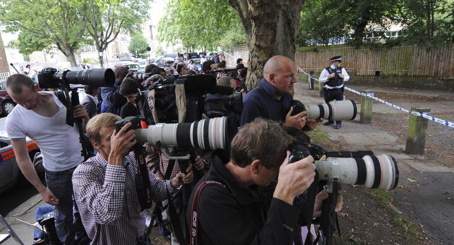 Fotógrafos se aglomeram na porta da casa de Amy Winehouse, em Londres. Cantora foi encontrada morta em seu flat, neste sábado (23/7/11)