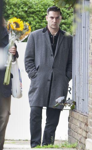 O cantor britânico e diretor de cinema, Reg Traviss, último namorado da cantora, é fotografado em frente à casa de Amy Winehouse, que foi encontrada morta em seu flat, em Londres (23/7/11)