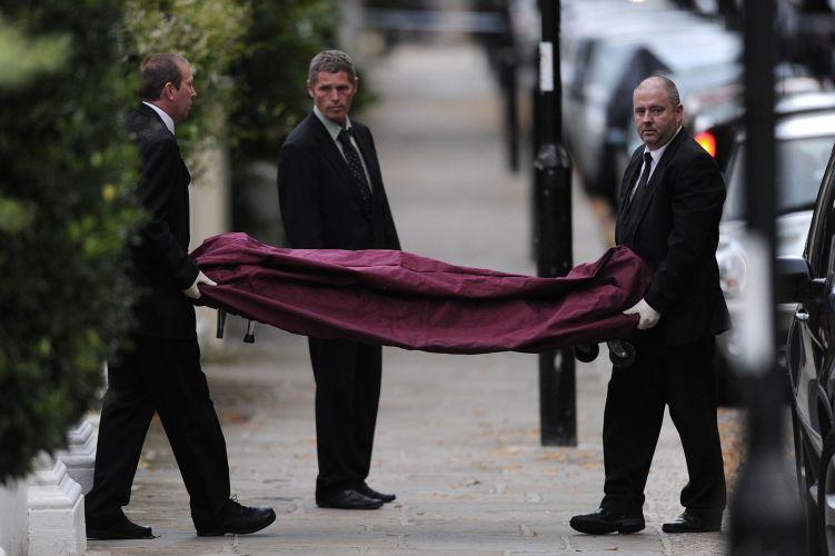 Corpo de Amy Winehouse é levado de sua casa por autoridades de Londres (23/7/11)