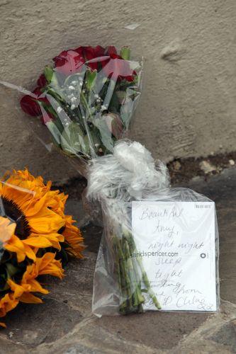 Fãs deixam flores e mensagens de despedida em frente à casa de Amy Winehouse (23/7/11)