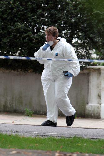 Perito deixa casa de Amy Winehouse. Cantora foi encontrada morta em seu flat, em Londres (23/7/11)