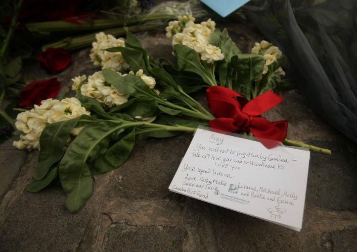 Fãs de Amy Winehouse prestam homenagens à cantora encontrada morta em seu flat, em Londres (23/7/11)
