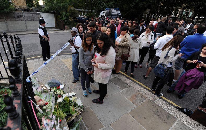 Fãs de Amy Winehouse homenageiam cantora encontrada morta neste sábado em seu flat, em Londres (23/7/11)