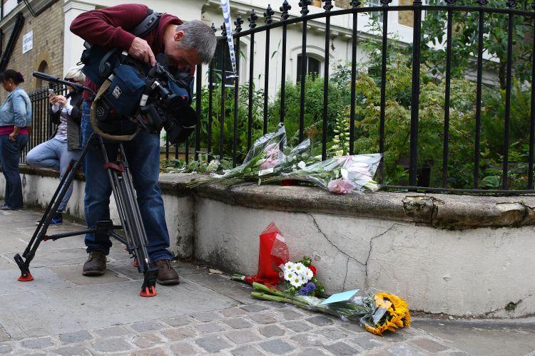Cinegrafista registra homenagens feitas à cantora Amy Winehouse, encontrada morta em seu flat, em Londres (23/7/11)