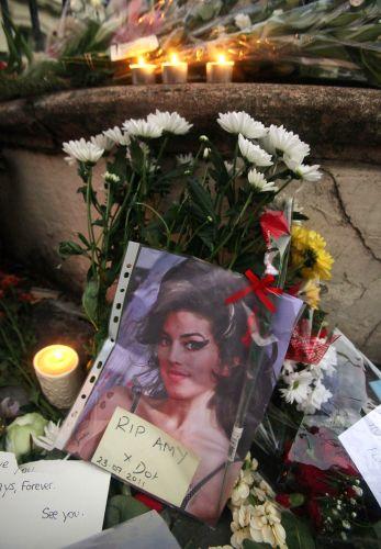 Fãs de Amy Winehouse acendem velas em frente à casa da cantora, encontrada morta em seu flat, em Londres (23/7/11)
