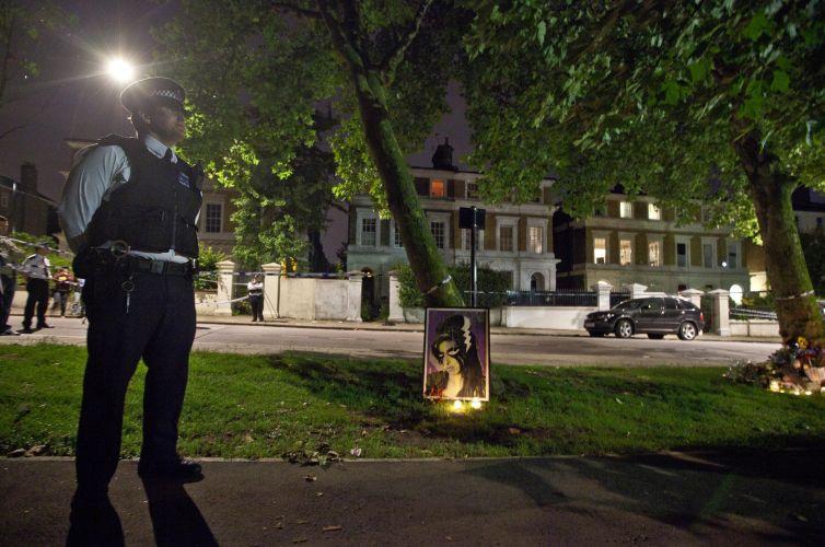 Policiais montam guarda em frente a casa da cantora na noite de sábado para domingo (23/7/11)