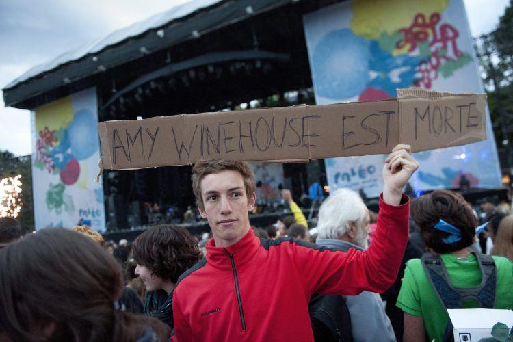 Rapaz informa aos presentes no Festival de Música de Paleo, na Suíça, que Amy Winehouse morreu. A cantora estava confirmada para se apresentar no evento, mas ela já havia cancelado seu show em junho (24/07/2011)