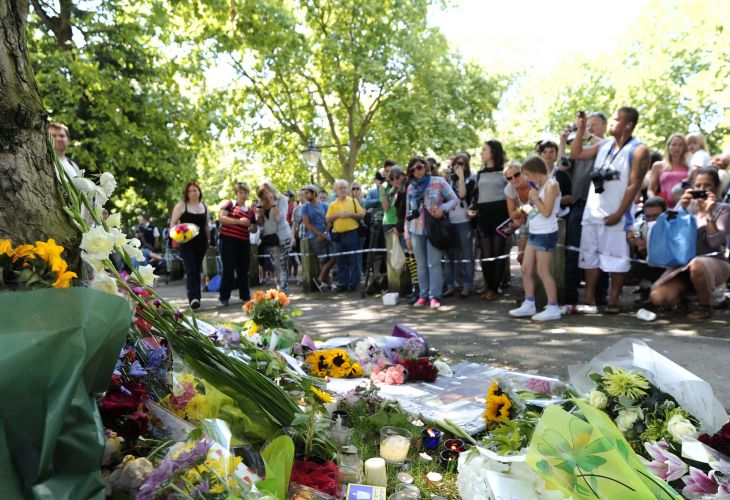 Fãs e curiosos visitam área que foi usada para homenagens à Amy Winehouse em frente à casa onde a cantora morava em Camden, em Londres (24/07/2011)