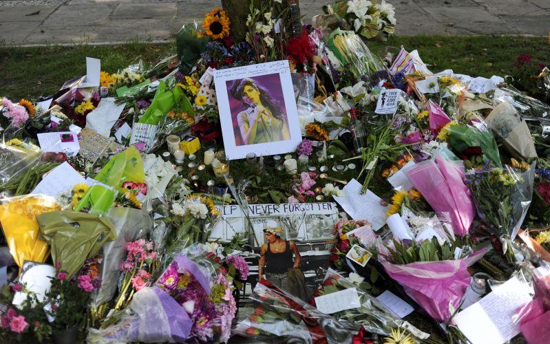 Flores, fotos e mensagens são deixadas em frente à casa onde Amy Winehouse morava, em Camden, Londres (24/07/2011)