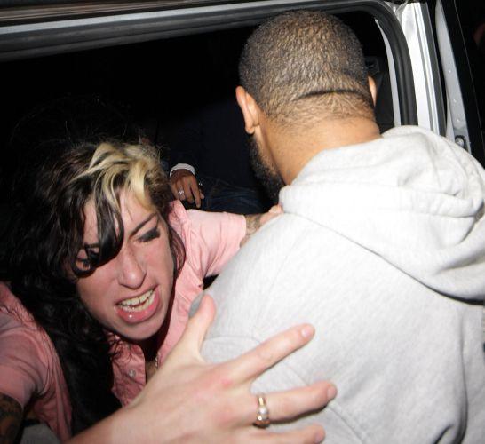 Na saída de um bar de jazz em Londres, Amy Winehouse se envolve em uma confusão e tem que ser contida pelos seguranças, que a forçam a entrar no carro (17/9/2009)