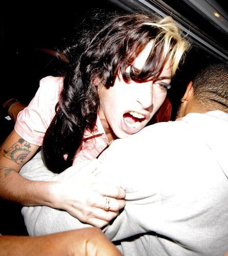 Na saída de um bar de jazz em Londres, Amy Winehouse se envolve em uma confusão e tem que ser contida pelos seguranças, que a forçam a entrar dentro no carro (17/9/2009)