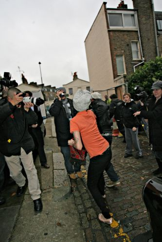 Amy, que voltou a ser internada em um hospital de Londres há menos de uma semana por complicações respiratórias, incomodou-se com a presença de paparazzi em sua porta (05/11/08)