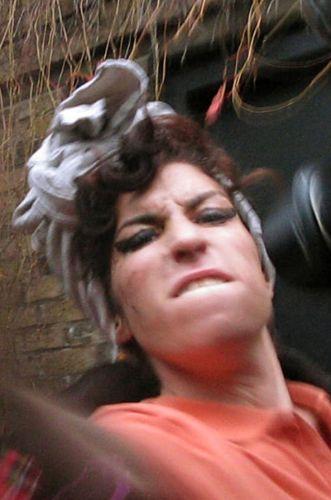 Irritada com a falta de privacidade, Amy Winehouse partiu para cima de um dos fotógrafos que estava no local, desferindo tapas e chutes (05/11/08)