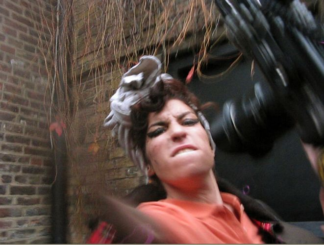 O comportamento agressivo de Amy já é conhecido dos paparazzi (05/11/08)