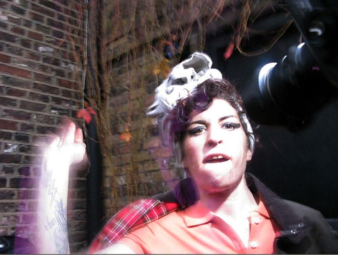 Até mesmo um fã a cantora chegou a agredir no Festival Glastonbury, na Inglaterra, em junho de 2008 (05/11/08)
