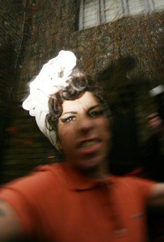 Os fotógrafos, claro, aproveitaram para fazer mais e mais cliques da fúria de Amy Winehouse (05/11/08)