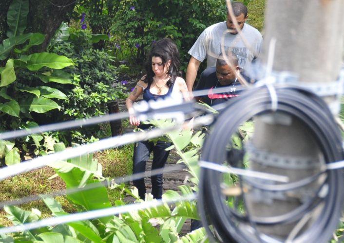 Amy Winehouse chega ao Hotel Santa Teresa, no Rio de Janeiro (5/1/11)