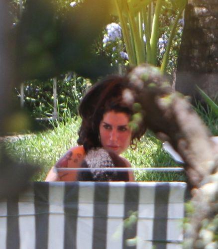 Após voltar do primeiro show de sua turnê brasileira, em Florianópolis, Amy Winehouse descansa na piscina do hotel que a hospeda no bairro de Santa Tereza, Rio de Janeiro, na tarde de domingo (9). A cantora fez show em clima de