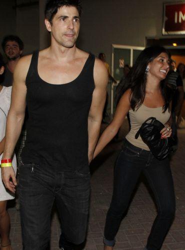 O ator Reynaldo Gianecchini deixa o show de Amy Winehouse acompanhado de uma morena (10/1/11)