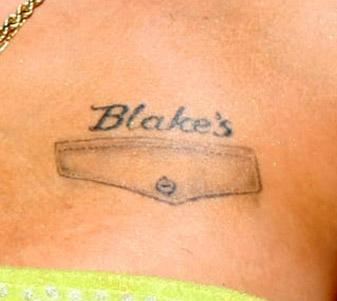 Amy Winehouse fez uma homenagem ao ex-marido Blake Fielder-Civil, escrevendo seu nome no seio esquerdo