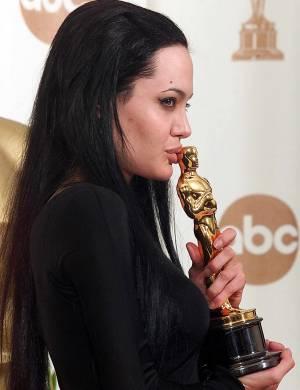 Angelina ganha Oscar de melhor atriz coadjuvante por
