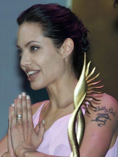 Em prêmio de cinema indiano, a atriz Angelina Jolie apresenta a categoria de melhor atriz, em Londres (24/6/00)
