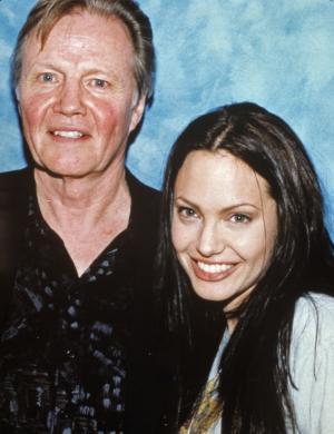 Angelina Jolie ao lado de seu pai, Jon Voight, com quem não fala desde 2002 (2001)