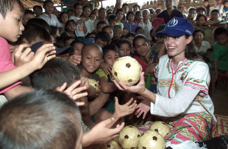 Angelina Jolie distribui bolas às crianças de um campo de refugiados na província de Ratchaburi, na Tailândia, que fica a 95 quilômetros da capital Bancoc (16/5/02)