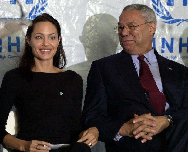 Angelina Jolie, que é embaixadora do Alto Comissariado das Nações Unidas para Refugiados, e o secretário de Estado dos EUA da época, Colin Powell, durante cerimônia realizada em Washington, nos EUA (20/6/02)