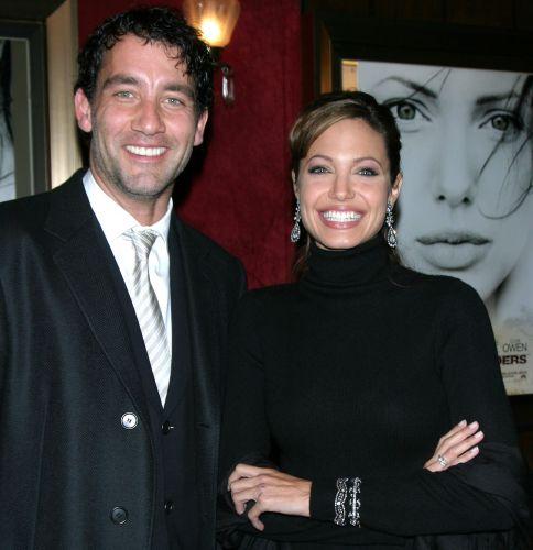 Ao lado do ator Clive Owen, Angelina Jolie deixa o tradicional bicão de lado e solta um largo sorriso no lançamento mundial de