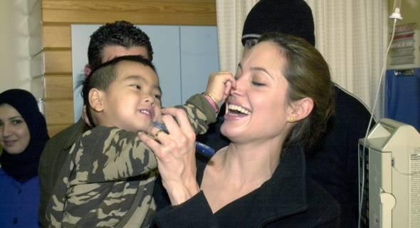 Junto com Maddox, atriz visita centro de crianças com câncer no Líbano, no Natal de 2004