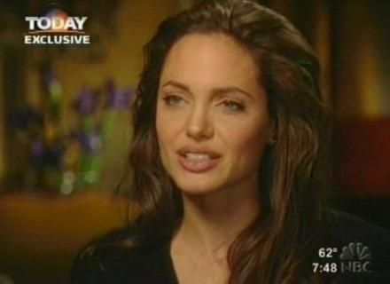 Na TV, Jolie diz não ligar para quem acha que ela ficou com Brad enquanto ele era casado