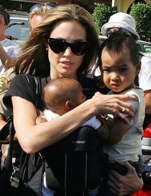 Angelina com Zahara e Maddox em Malibu (27/7/05)