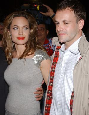 Ao lado de seu 1º marido, Jonny Lee Miller, na estreia de uma peça em NY (20/09/2005)