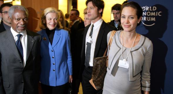 Com Brad Pitt e Kofi Annan, secretário-geral da ONU, no Fórum Econômico Mundial (26/1/06)