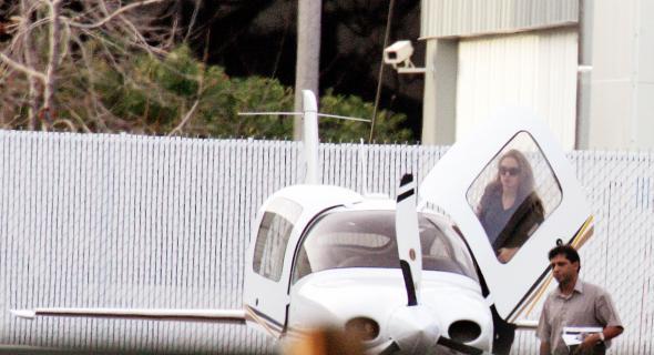 Mesmo grávida, Angelina Jolie tem aulas de pilotagem em Santa Monica (17/1/06)
