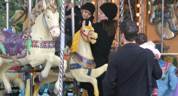 Com Maddox, Brad e Zahara em um carrossel de Paris, França (20/2/06)