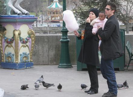 Brad, Zahara e Jolie observam Maddox num carrossel de Paris, França (20/2/06)