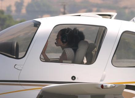 Angelina Jolie tira brevê para pilotar monomotores em Los Angeles (25/8/06)