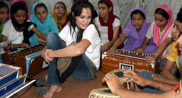Angelina faz visita de dois dias a centro de crianças refugiadas em Nova Déli (05/11/06)