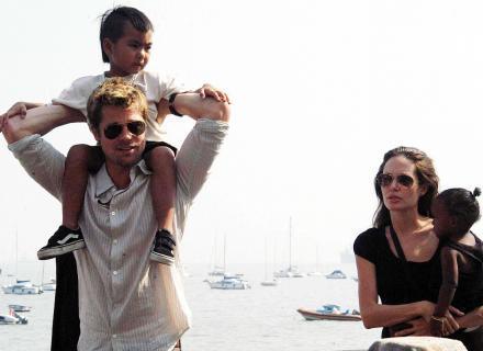 Família passeia de barco em Mumbai, Índia, em dia que Jolie não filmou (12/11/06)