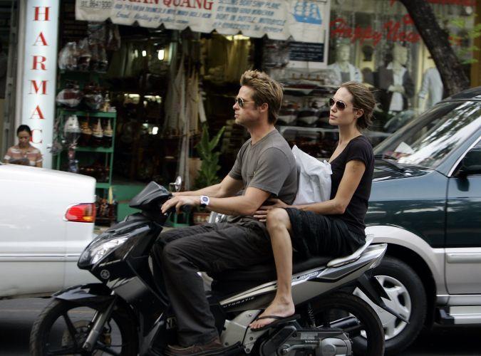 Brad Pitt e Angelina Jolie passeiam de moto na cidade de Ho Chi Minh, no Vietnã. Casal visitou um antigo campo de execução do Khmer Vermelho, que foi transformado em museu (23/11/06)